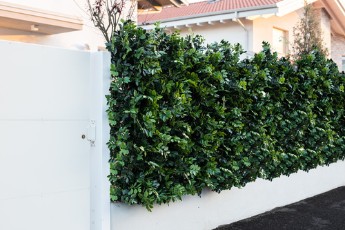 Artificial 3D jasmine hedge h 153 cm mounted on an existing fence passionecreativa